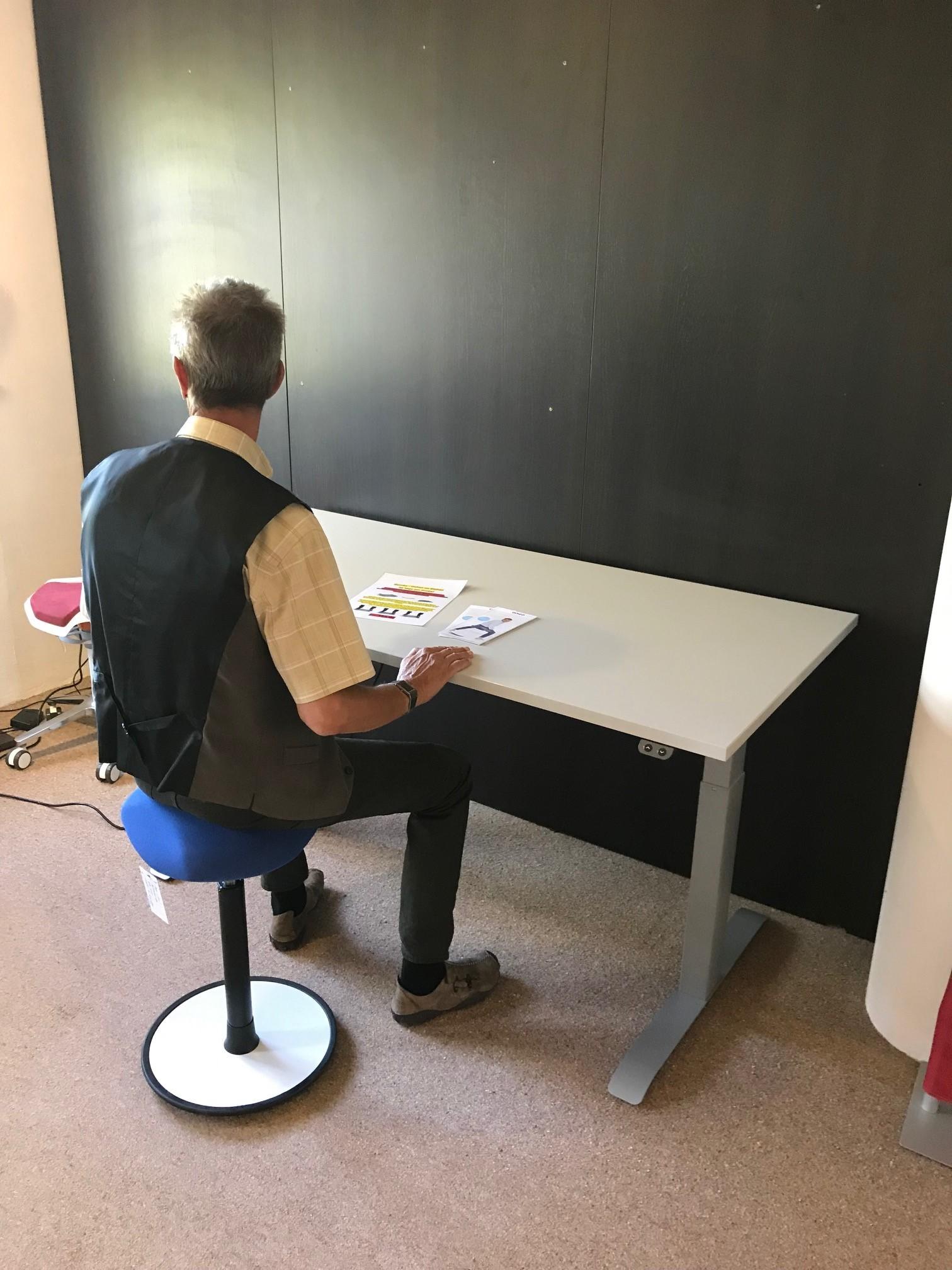 Schreibtisch / Stehpult elektrisch höhenverstellbar, Gestell schwarz 06