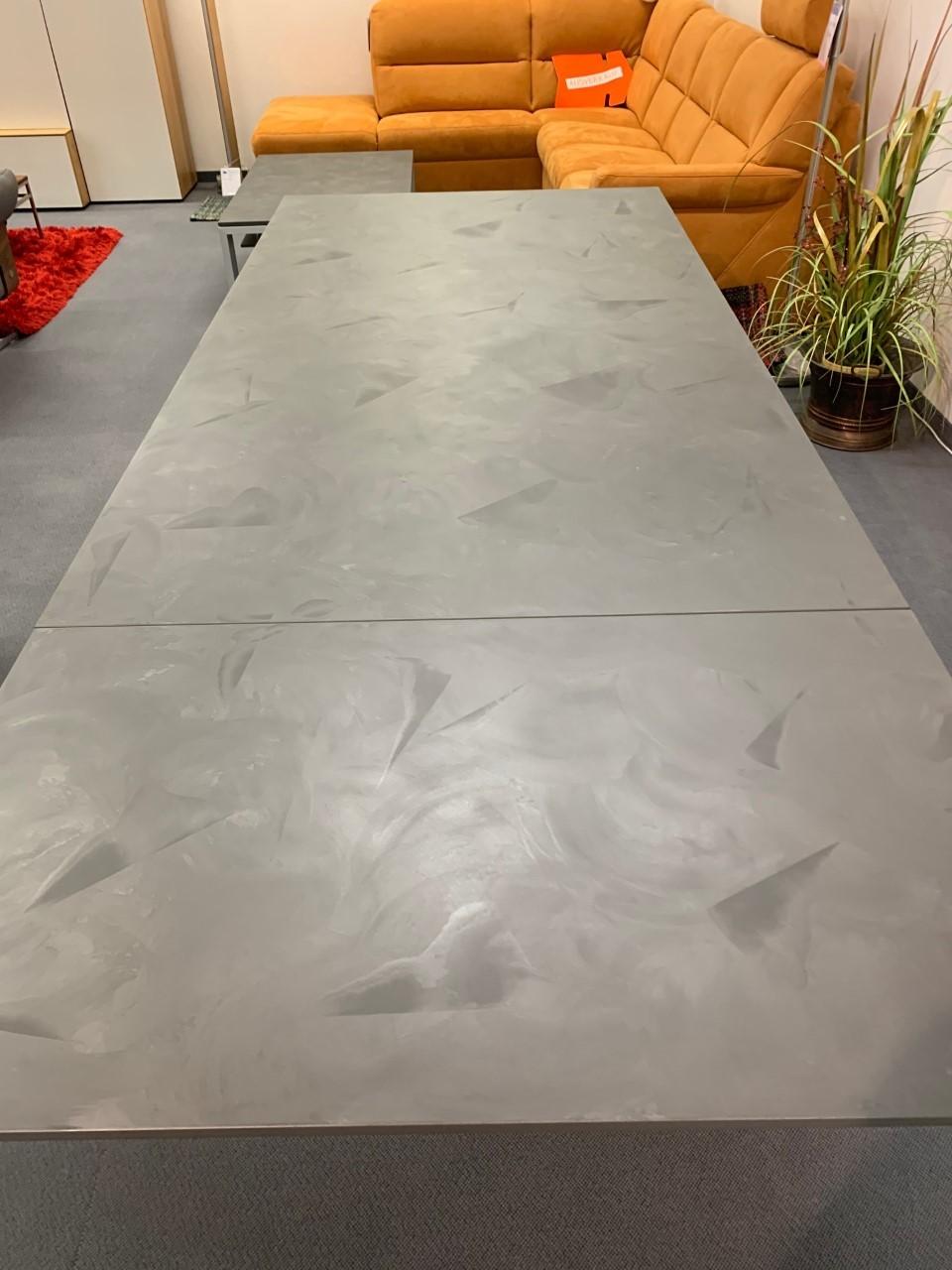 Tisch Modell Diegaro von Willisau 180 x 95 cm mit Verlängerung, Blatt in Stucco 08