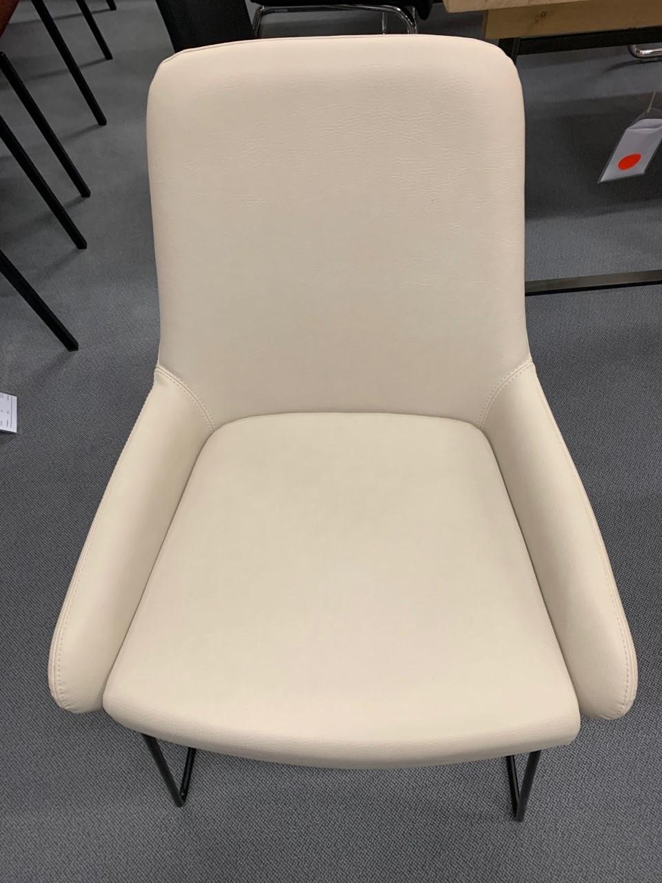 Stuhl Pendola von Willisau mit Kufengestell schwarz 03