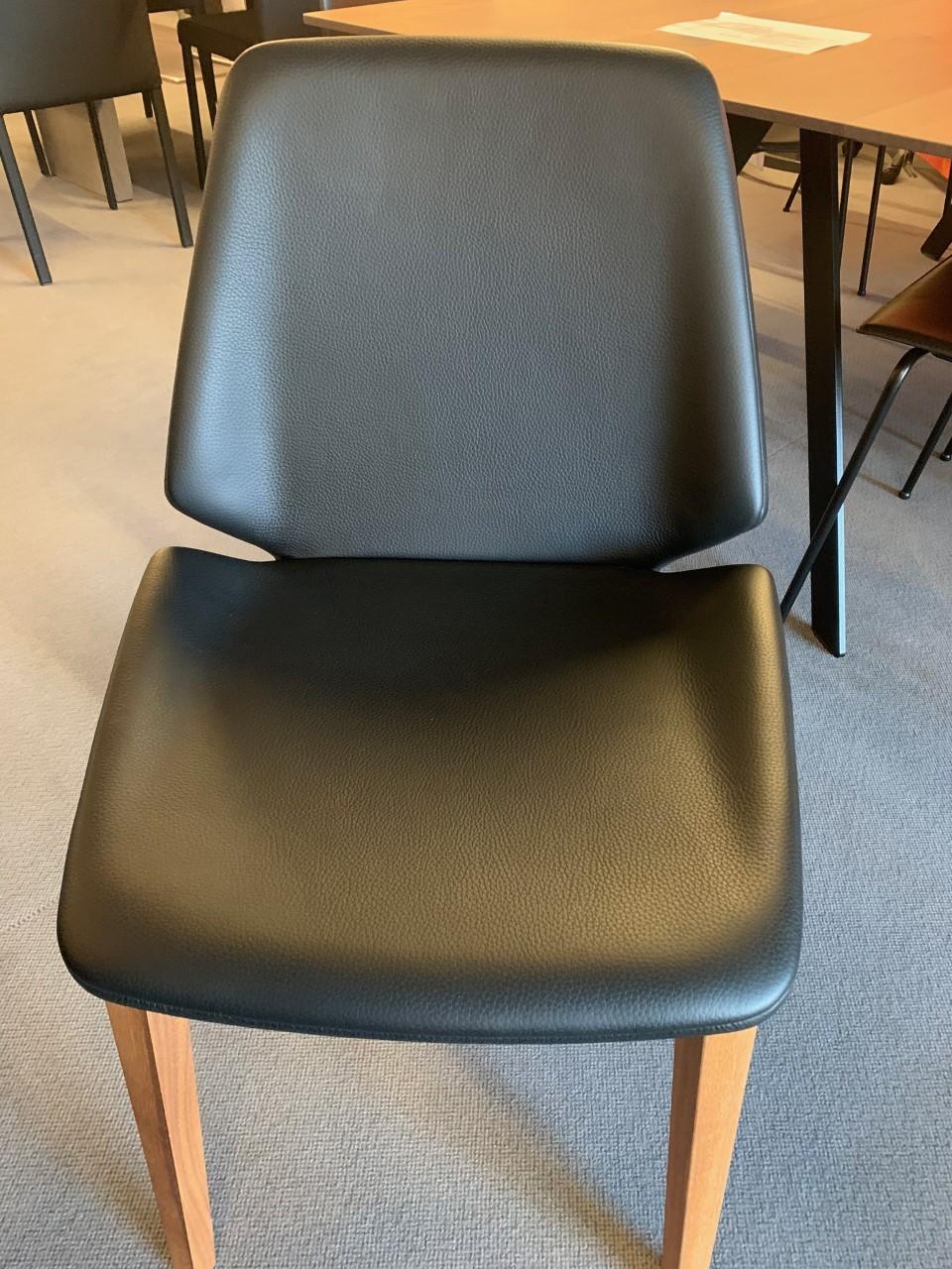 4-Bein Stuhl Modell Pala von Girsberger in Leder schwarz 02