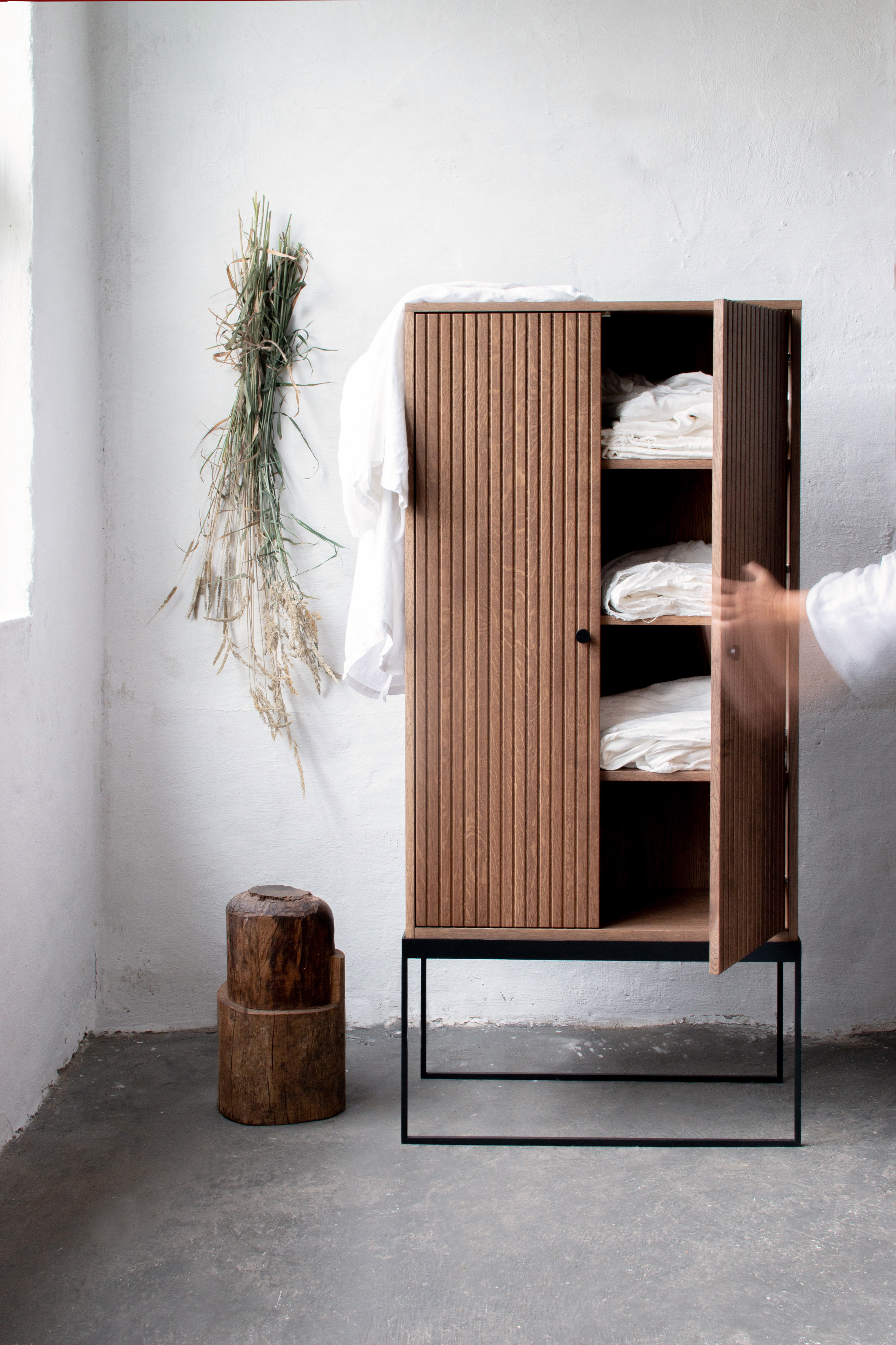 Schrank DIS 168 - gerillte Türen 03
