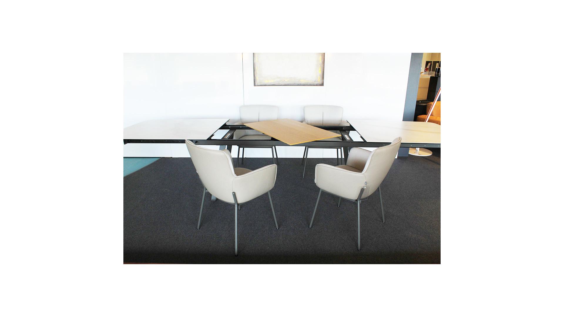 Esstisch 939 + 4 Stühle 655 / Table à manger 939 et 4 chaises 655 08