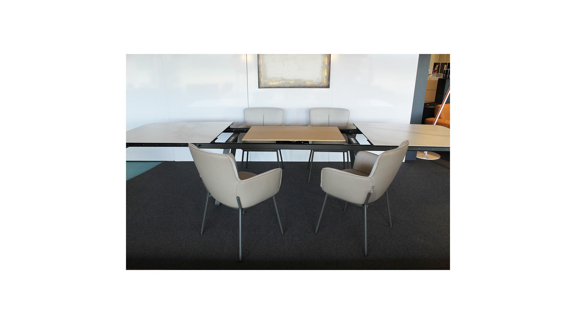 Esstisch 939 + 4 Stühle 655 / Table à manger 939 et 4 chaises 655 07