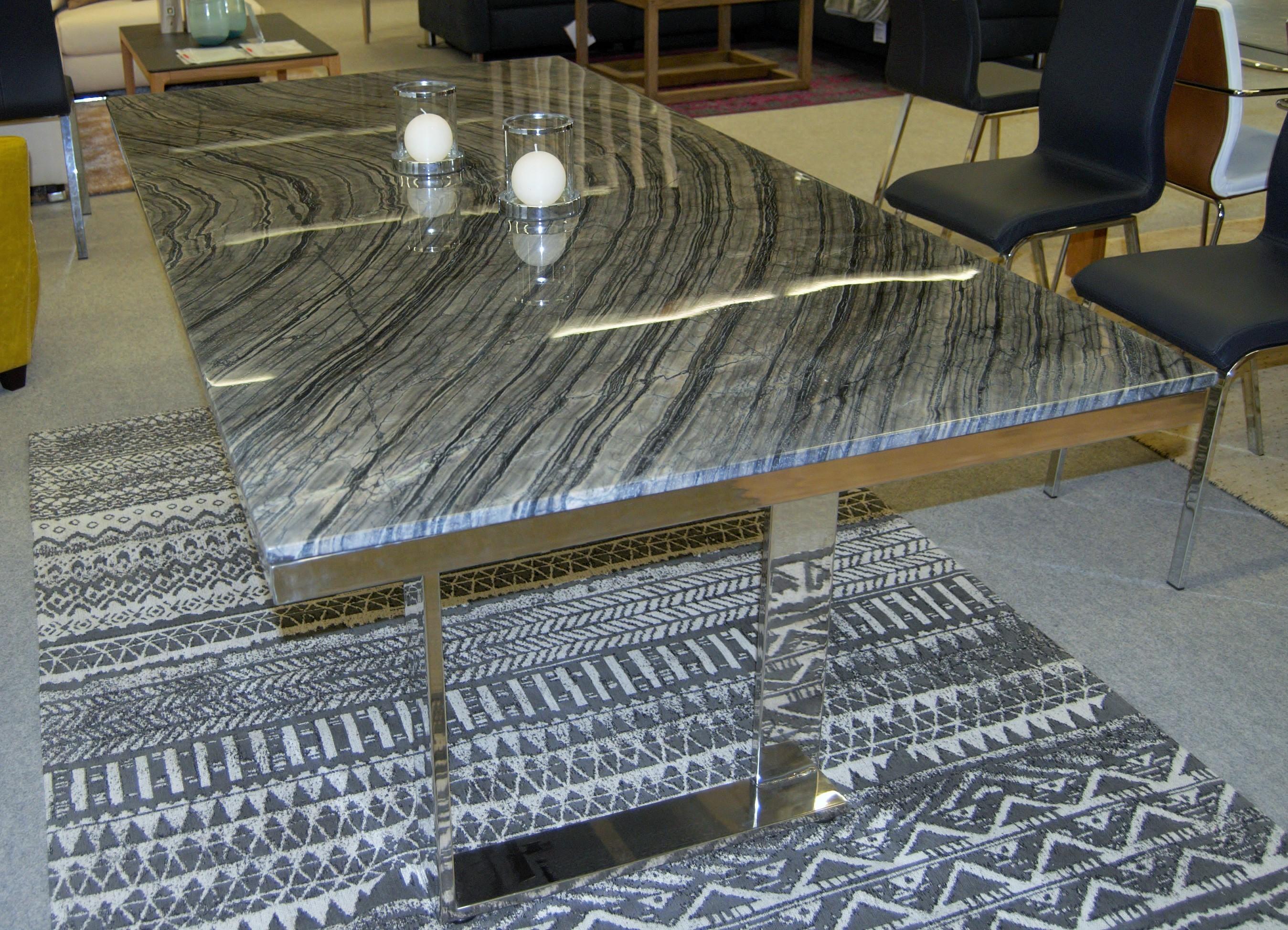 Esstisch mit schwarzer Marmorplatte 01