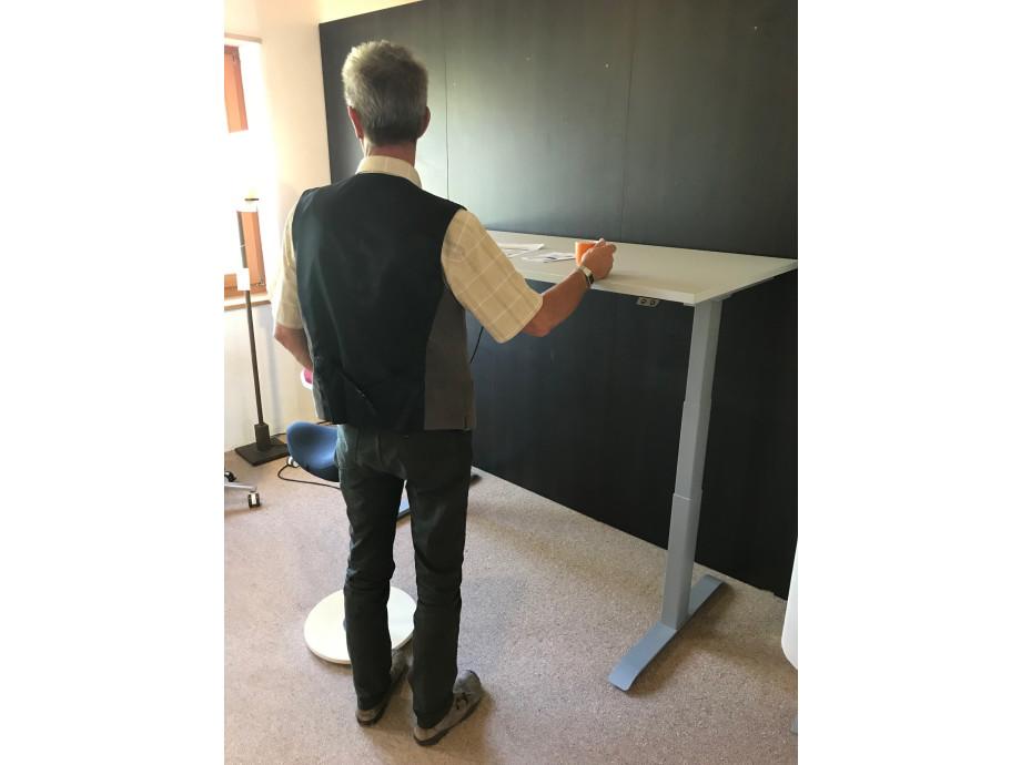 Schreibtisch / Stehpult elektrisch höhenverstellbar, Gestell schwarz 07