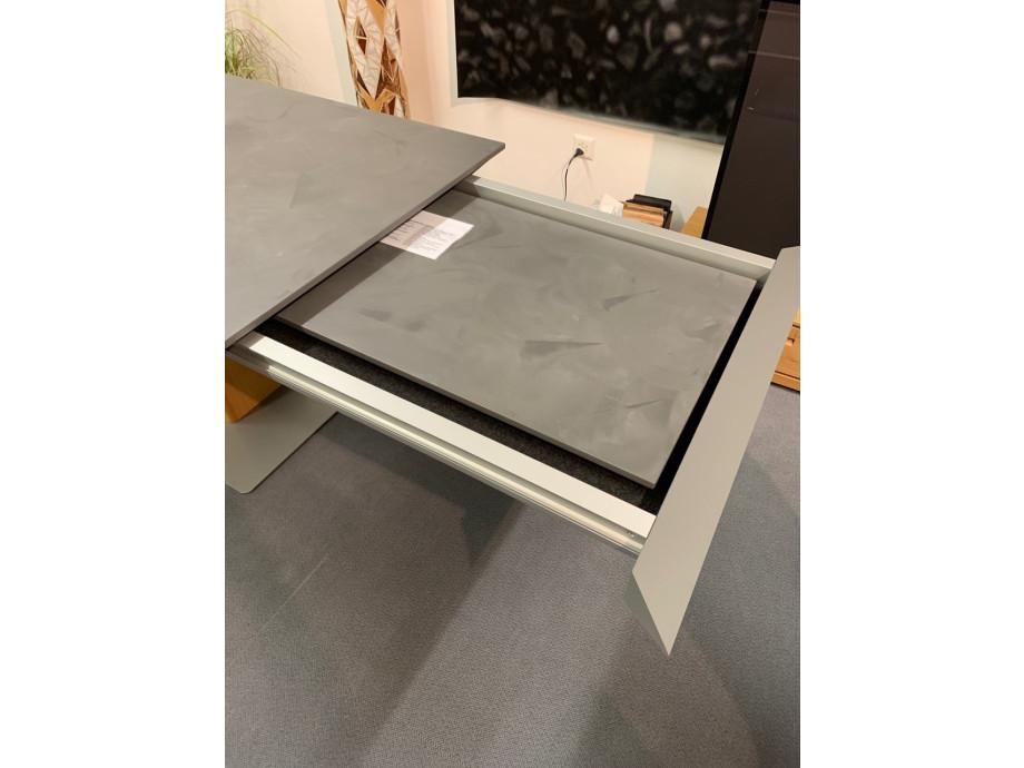 Tisch Modell Diegaro von Willisau 180 x 95 cm mit Verlängerung, Blatt in Stucco 07
