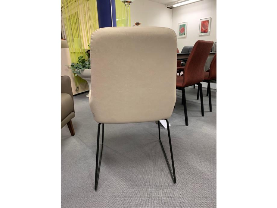 Stuhl Pendola von Willisau mit Kufengestell schwarz 01