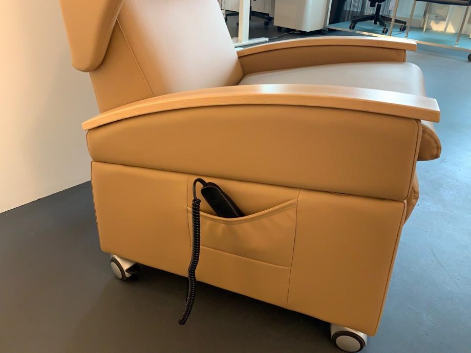 1549980659-care-produkte-pflegesessel-premium-mit-aufstehhilfe_9.jpg